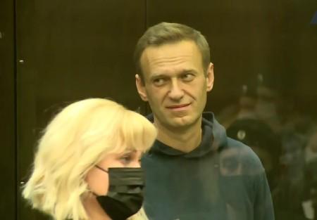 Навального отправляют в колонию на 2 года 8 месяцев